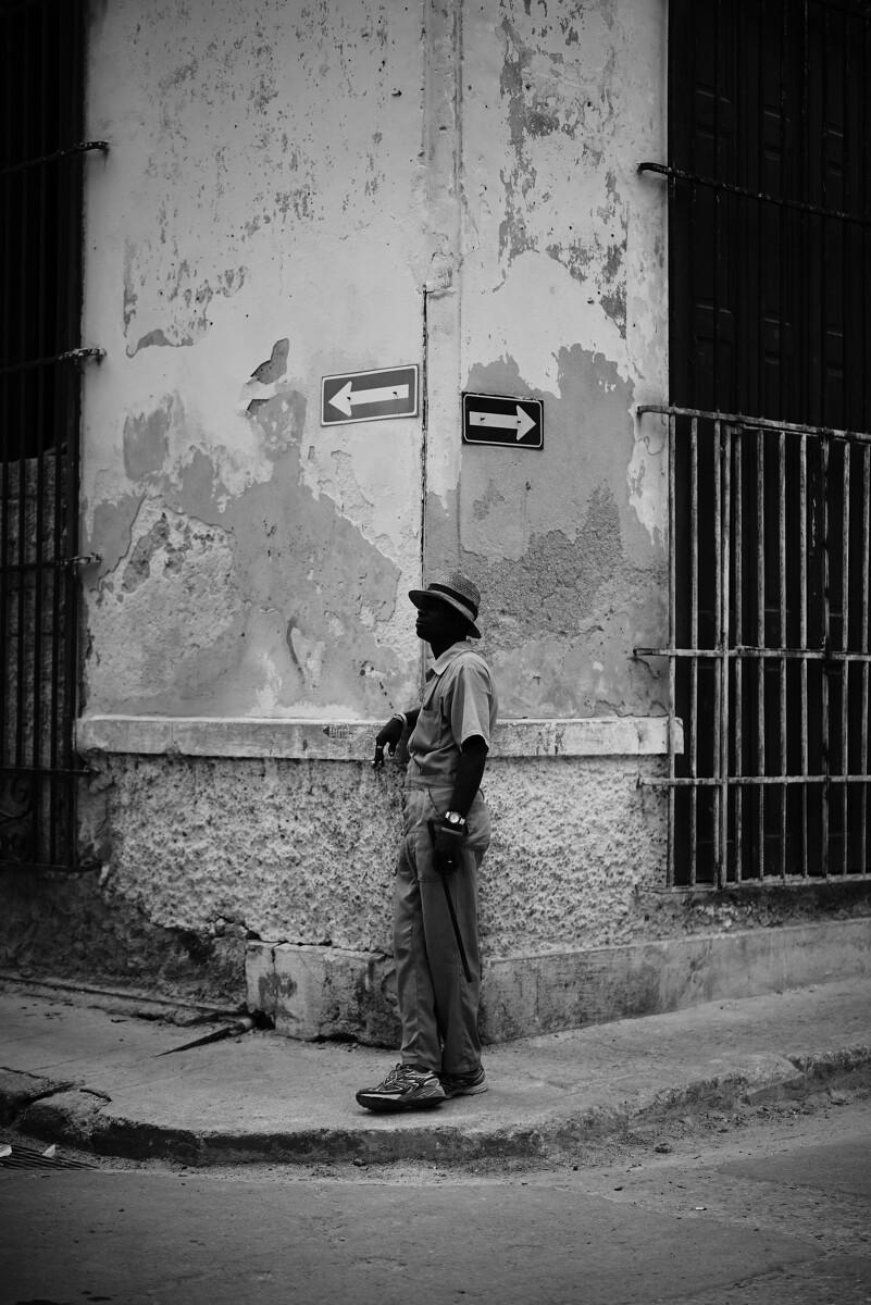 在街角乘凉的古巴人