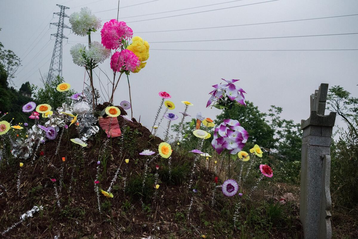 2019年4月22日湖南麻阳县郊外的坟地。