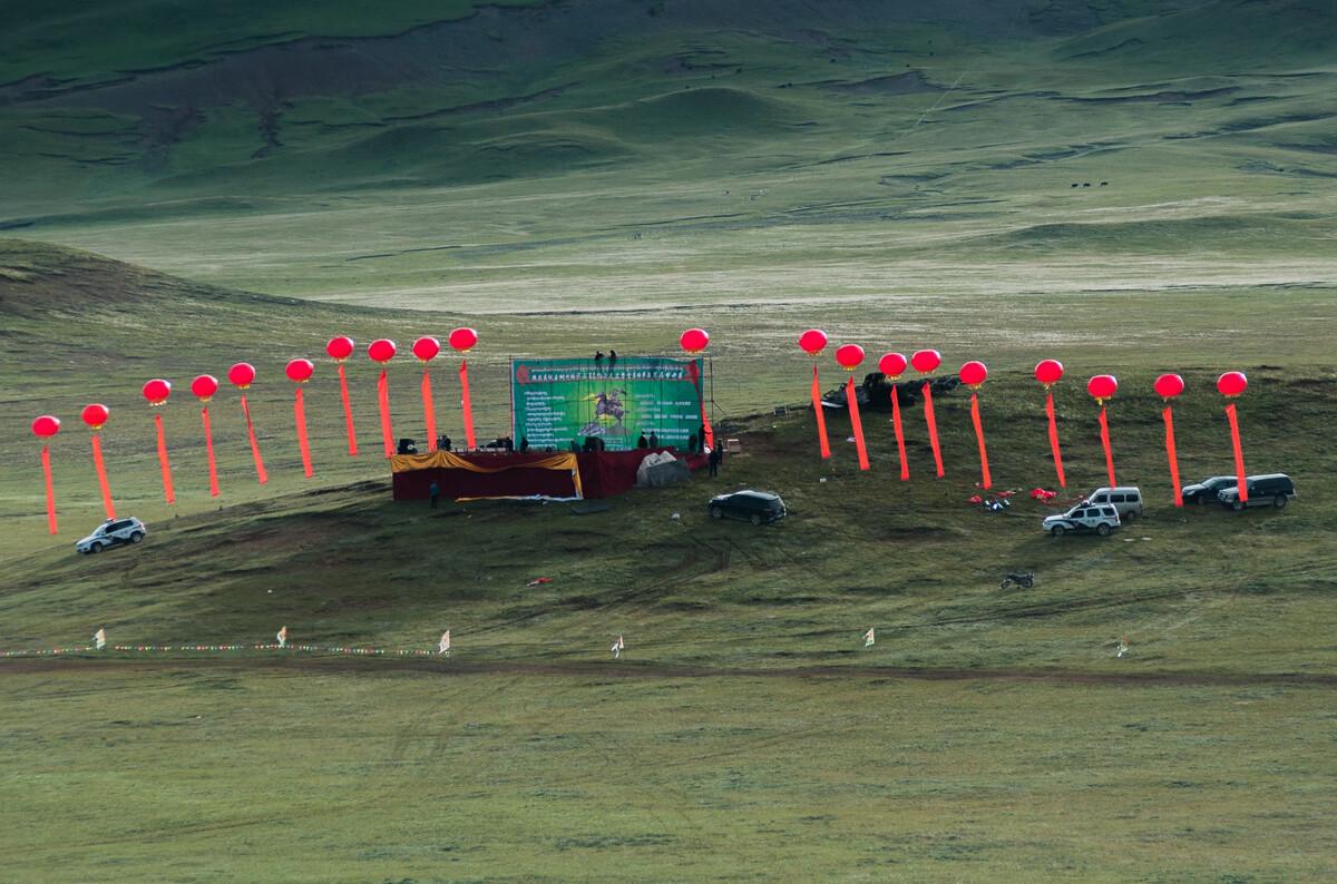 2012年8月9日青海黄河源头曲麻莱县在约改滩草原上举办首届格萨尔赛马节。