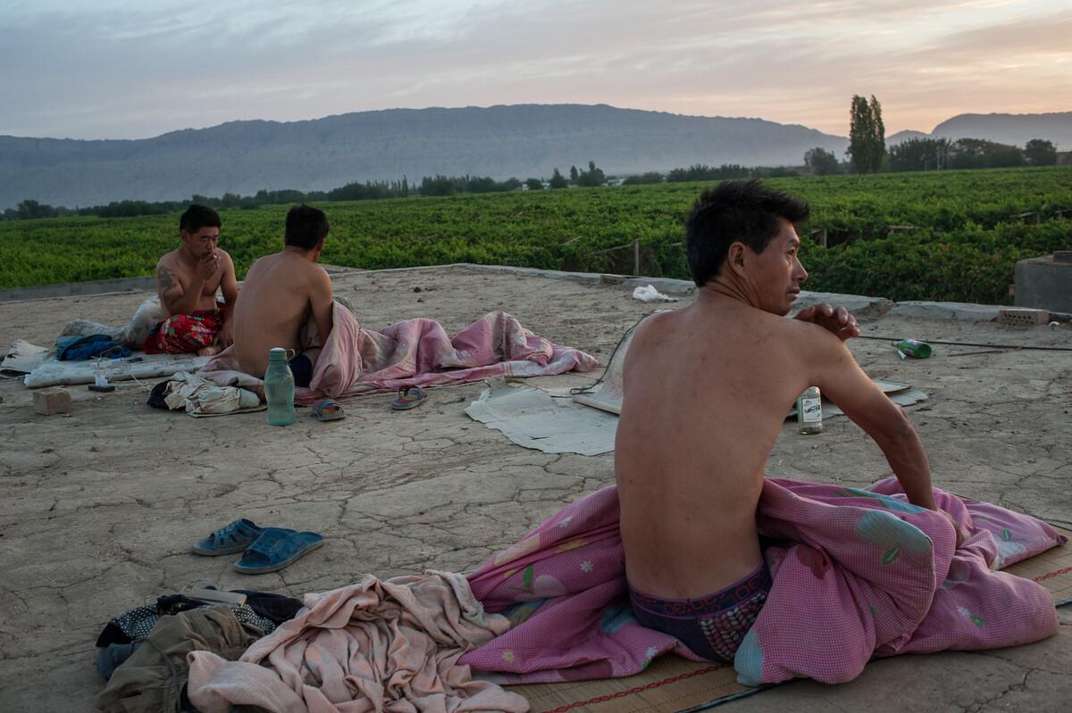 2015年8月14日 新疆鄯善县鲁克沁镇,夏天这里很热,为凉快些来自河南的打工者睡在屋顶上。