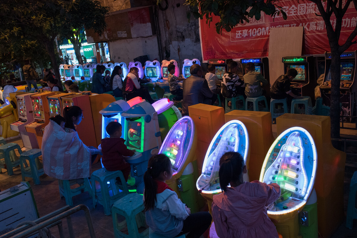 2018年4月8日云南彝良县政府对面的广场一角,玩游戏机。