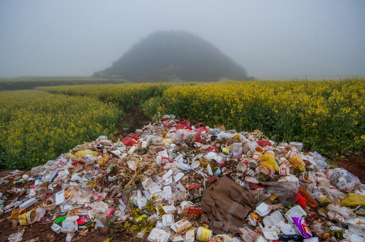 2014年2月24日云南罗平县金鸡岭,田埂上的垃圾堆,每年2月很多游客来这里观赏油菜花。