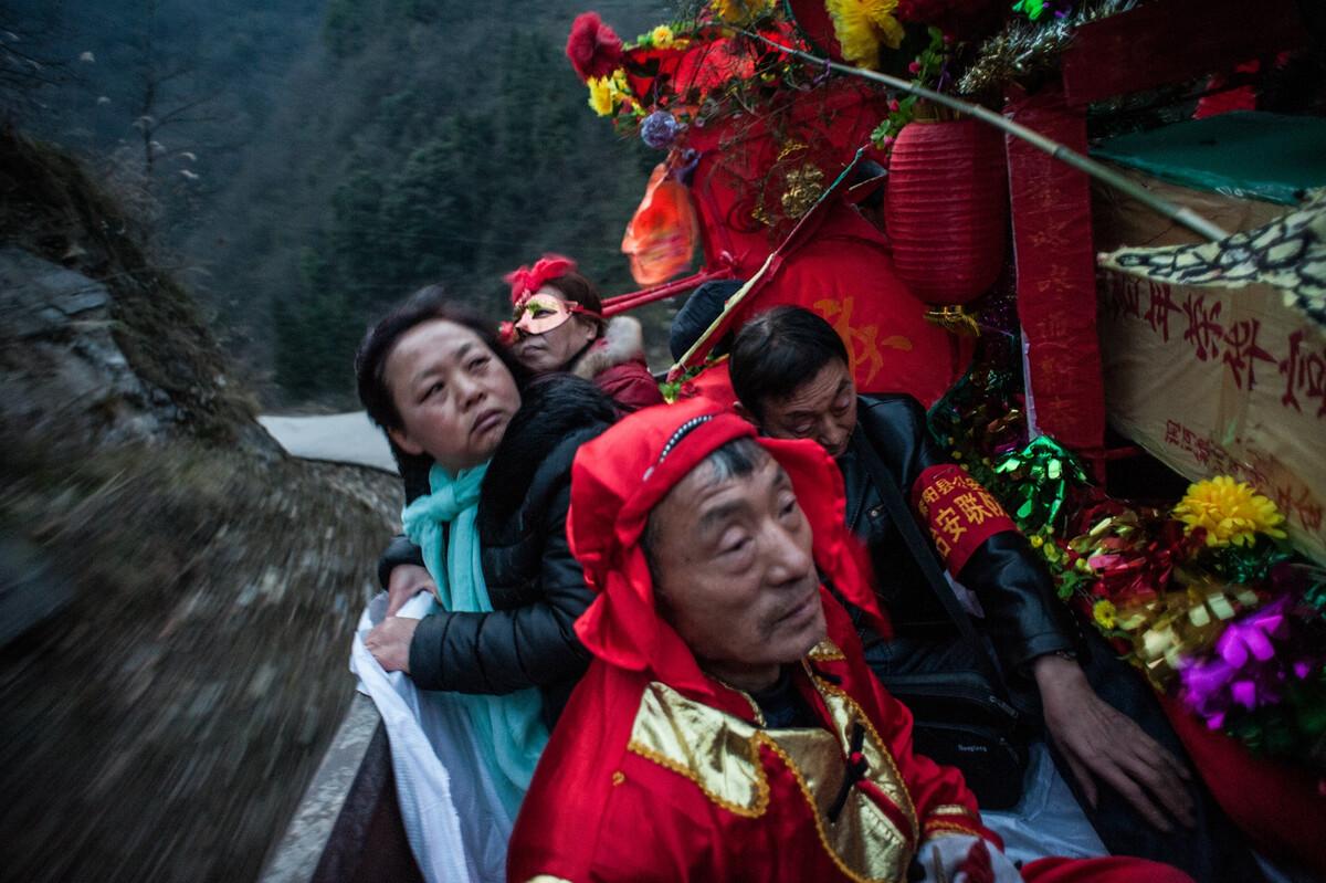 2017年2月9日陕西紫阳县洞河镇,当地群众文化娱乐中心的成员进山里到村民家表演采莲船、抬花轿闹元宵活动。