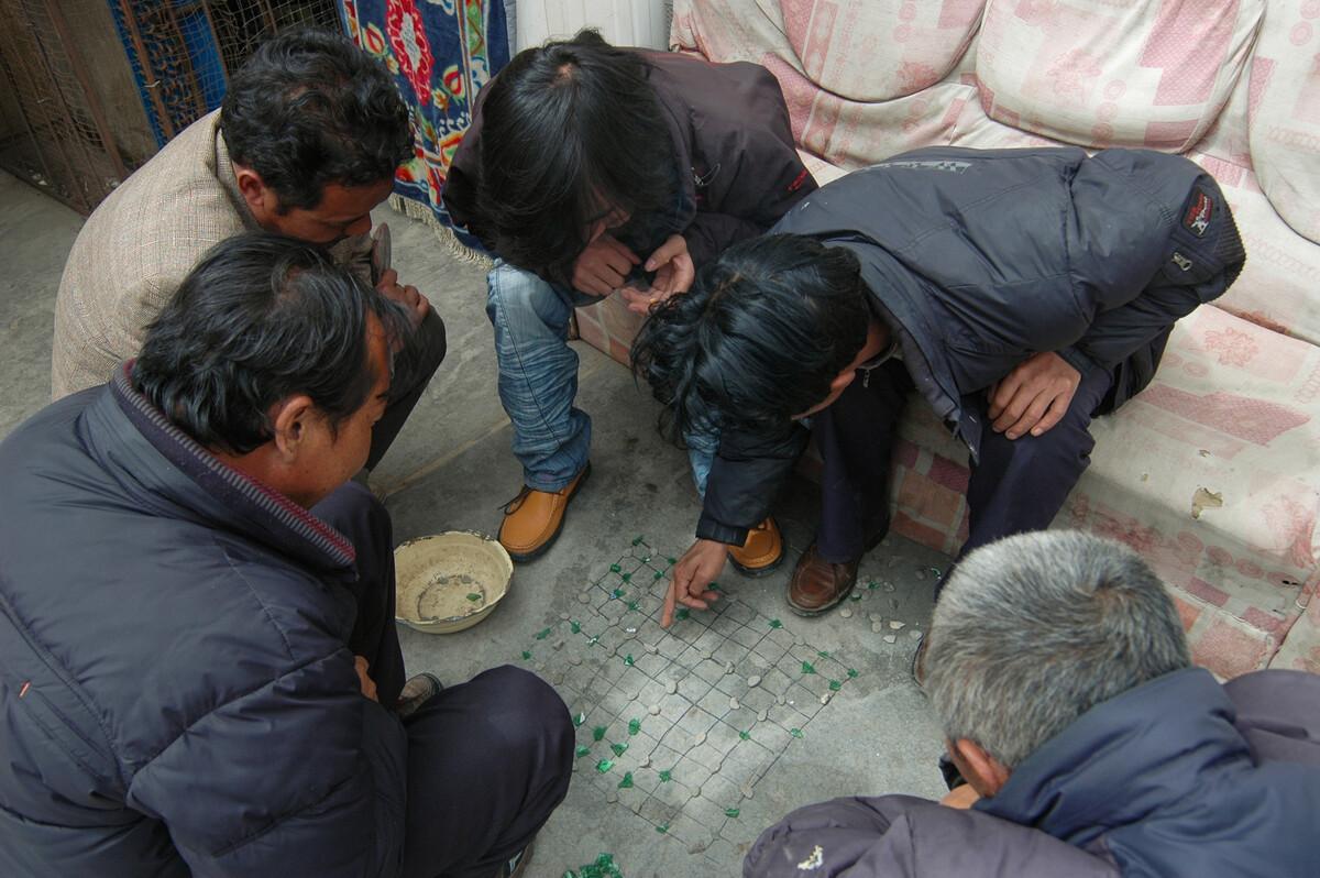 2009年3月31日青海达日县吉迈镇,当地藏族用碎玻璃、小石子就地下棋。