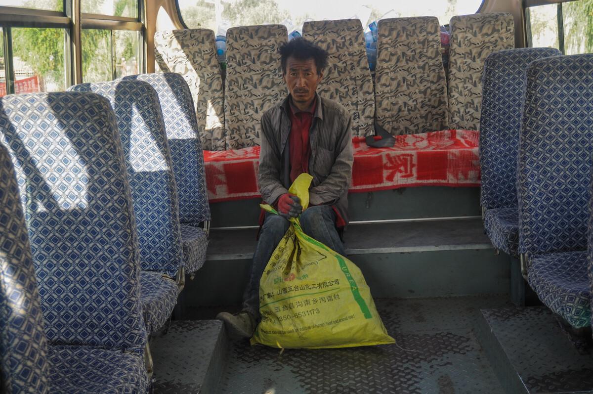 2011年8月12日青海贵德县农村公交车上。
