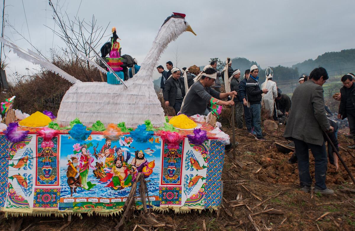2012年3月17日贵州三都水族自治县周覃镇,当地布依族的土葬。