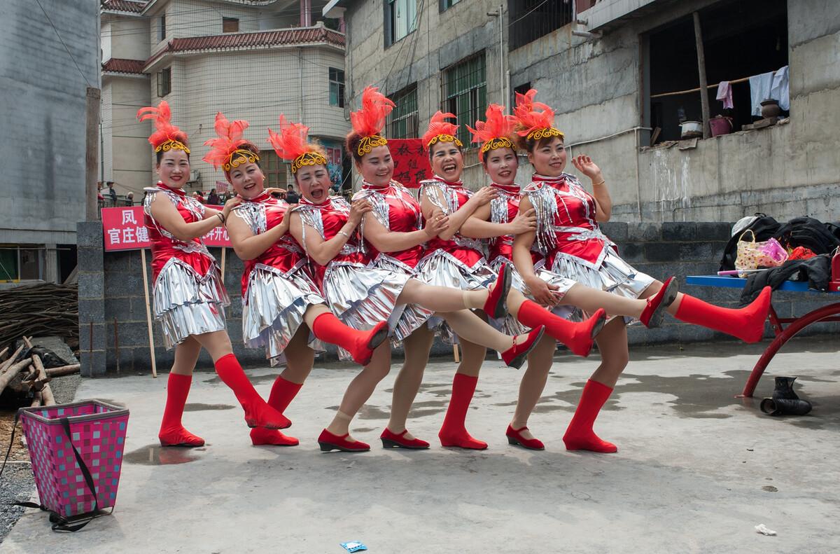 2017年3月8日湖南凤凰县木江平镇,当地苗族在排练参加庆祝三八妇女节的节目。