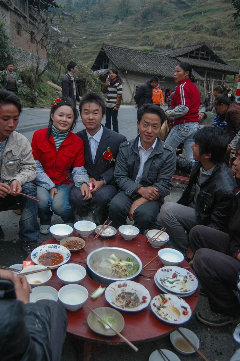 2008年11月26日贵州省雷山县永乐镇308省道上的喜宴,新人说,猪肉是自己杀的,剩下的食材一桌不到100元。