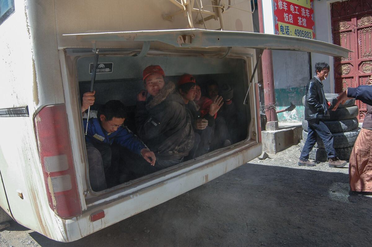 2008年4月7日芒康至昌都的班车上没有带身份证的乘客躲在班车的货仓里逃避路上检查站。