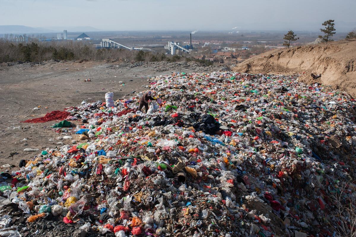 2016年2月21日内蒙古赤峰市元宝山区风水沟镇的一个垃圾场。