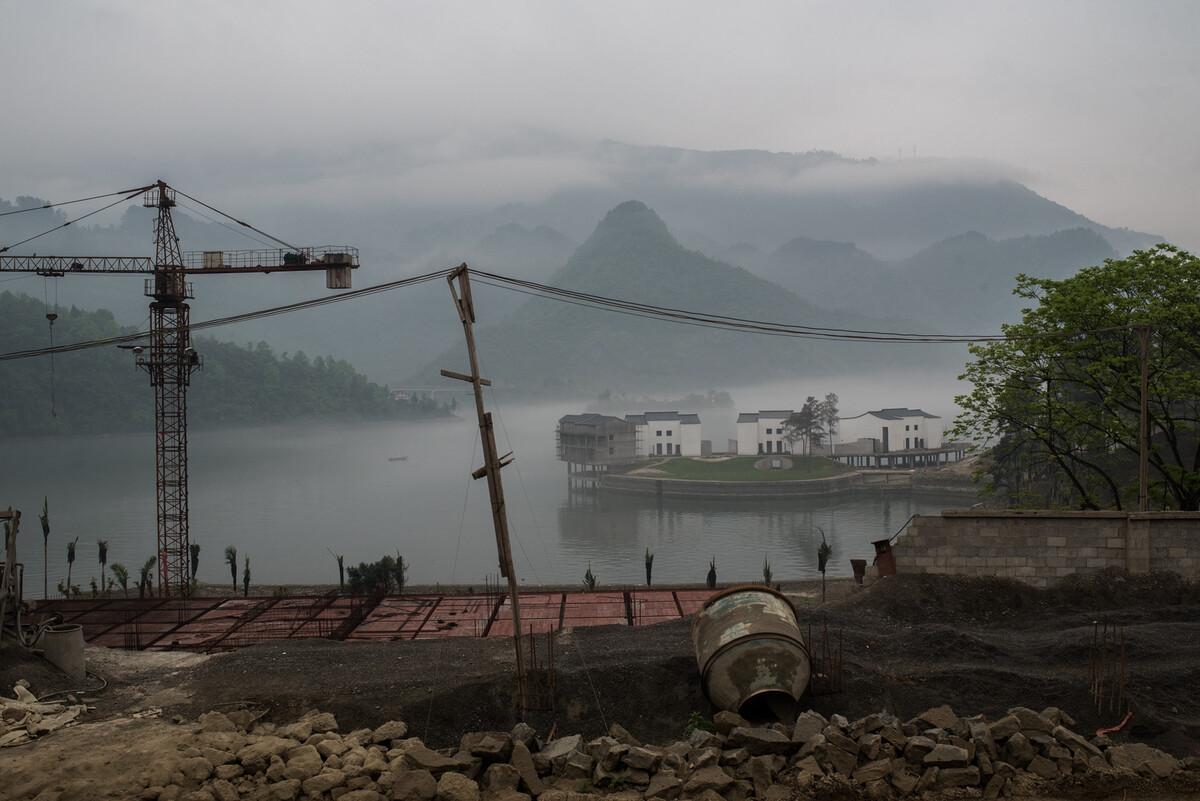 2018年4月12日贵州沿河县洪渡镇,利用当地乌江风景资源,小镇大兴土木加大旅游开发。