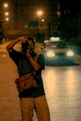 朋友在街头拍照