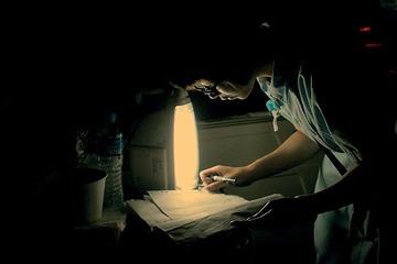 应急灯下的护士