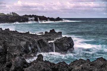 火山岩与海浪