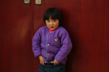门前的小女孩