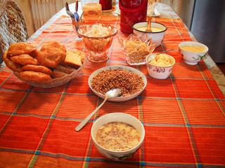 哈萨克族家庭喝茶