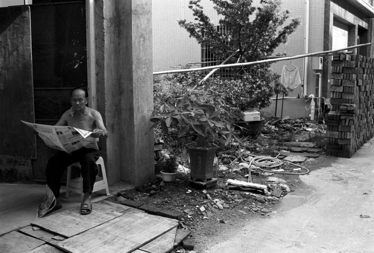 村民入住尚未建好的房子,外面挂的是他的内衣