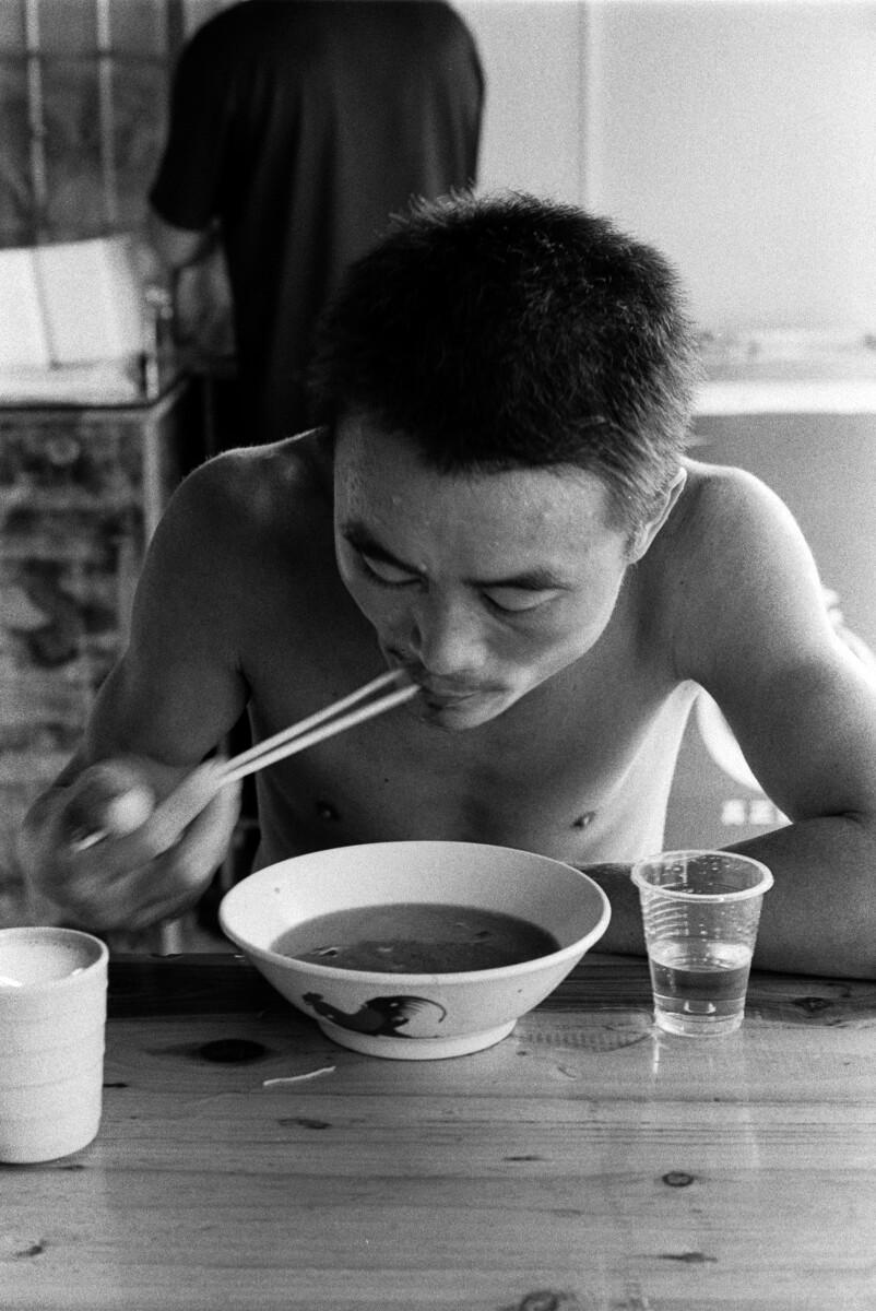 一碗酸辣粉,一杯白酒,这位民工吃得馒头大汗