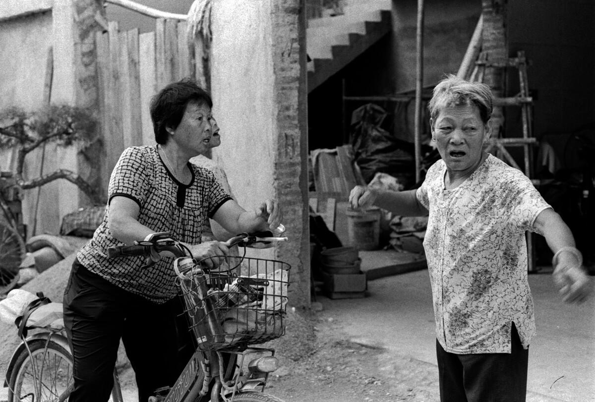 三个村妇聊到忘形处