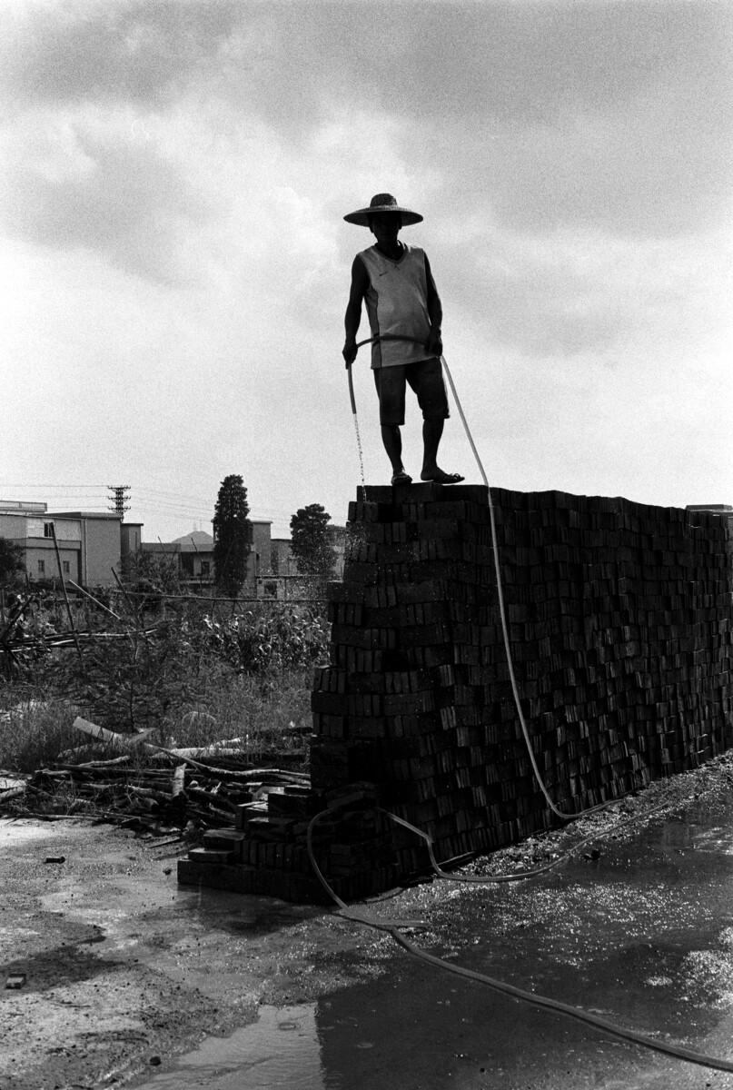村民给砖头淋水