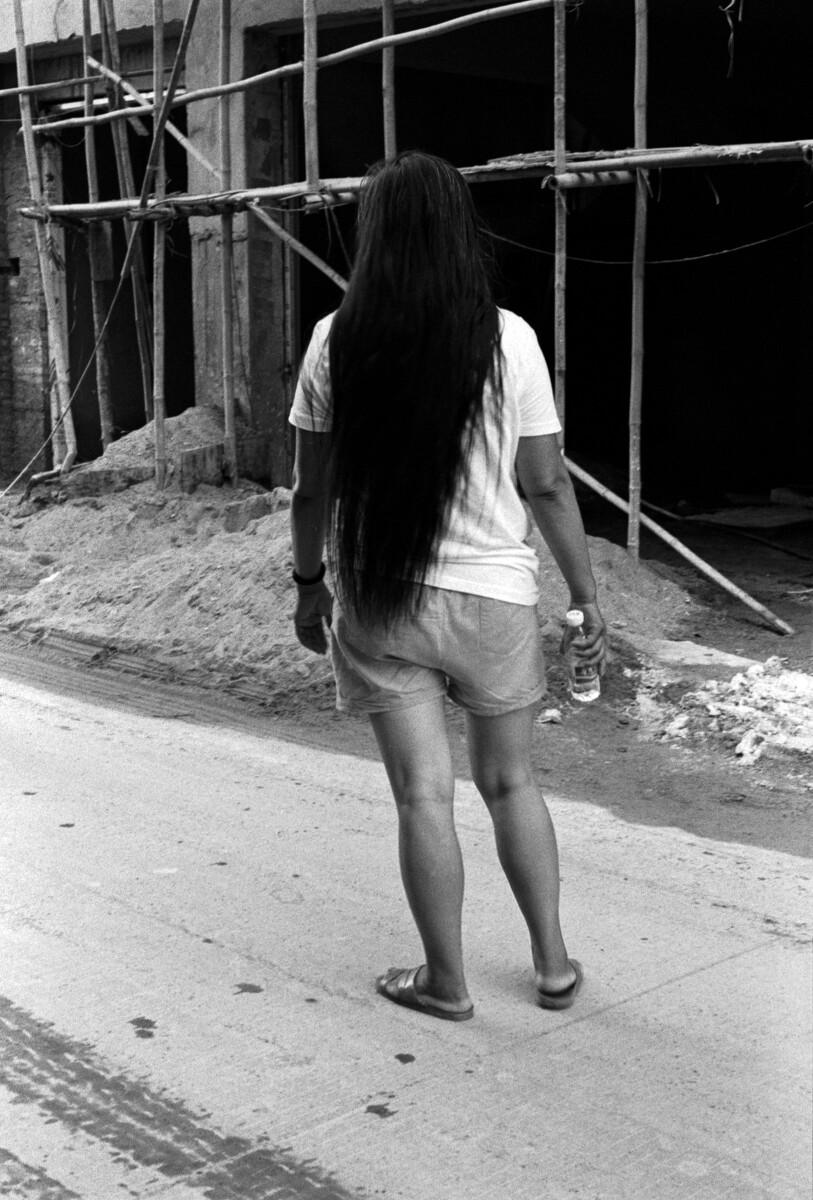 周日的早上,一名外工梳洗完毕,长发及腰