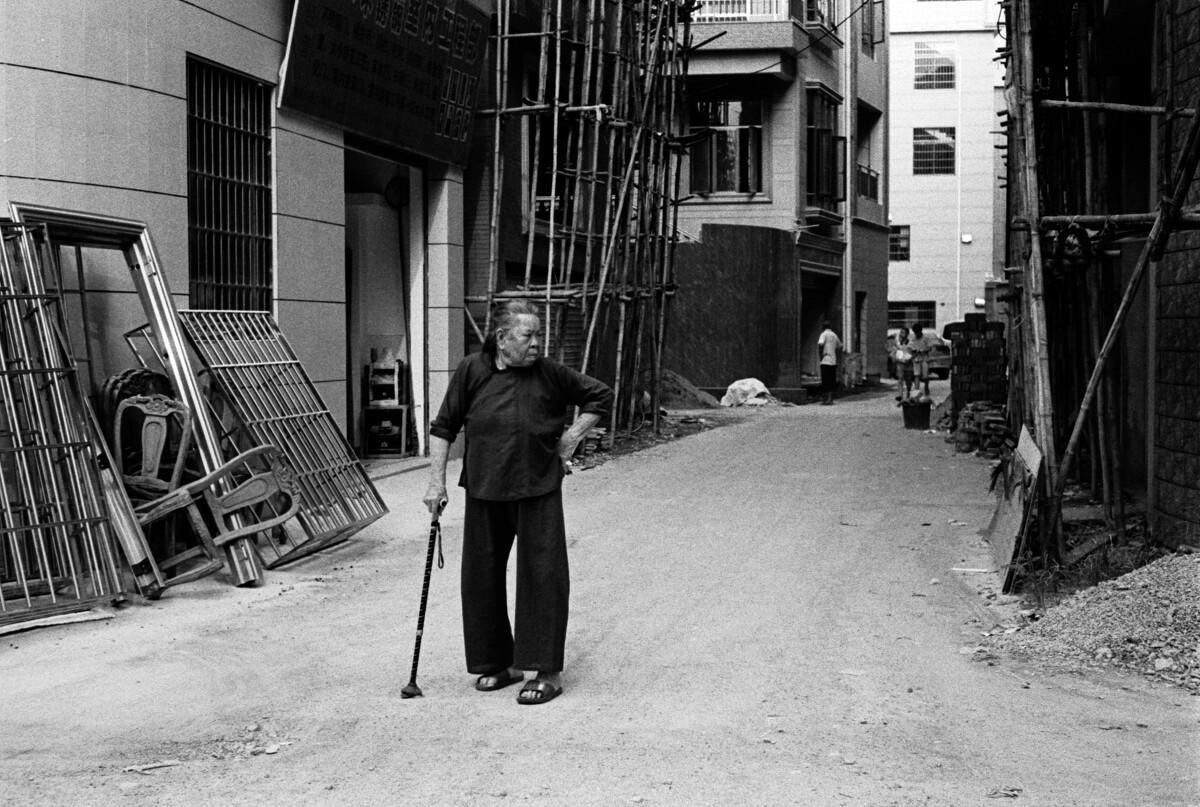 一个穿着顺德传统服装的老妇