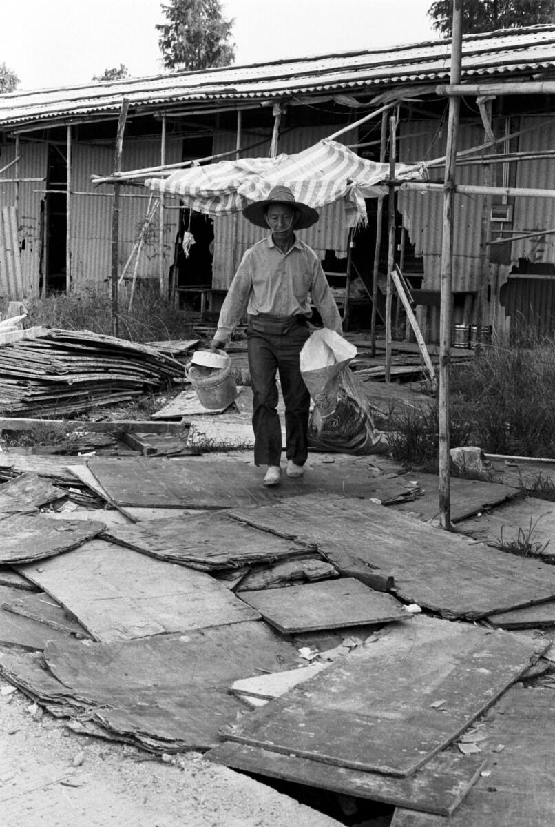 民工搬走后,收荒者打扫战场