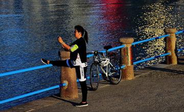 青岛海边的晨练人