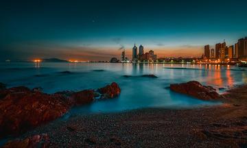 青岛华灯初上的海湾