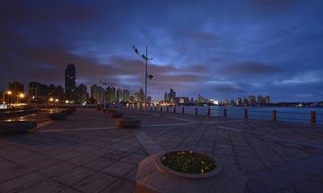 青岛晨曦中的海滨