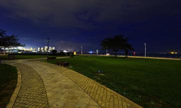 青岛夜色中的海滨