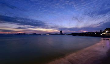 青岛暮色中的海