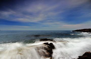 青岛多云的海边晨曦