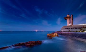 青岛的海边夜色