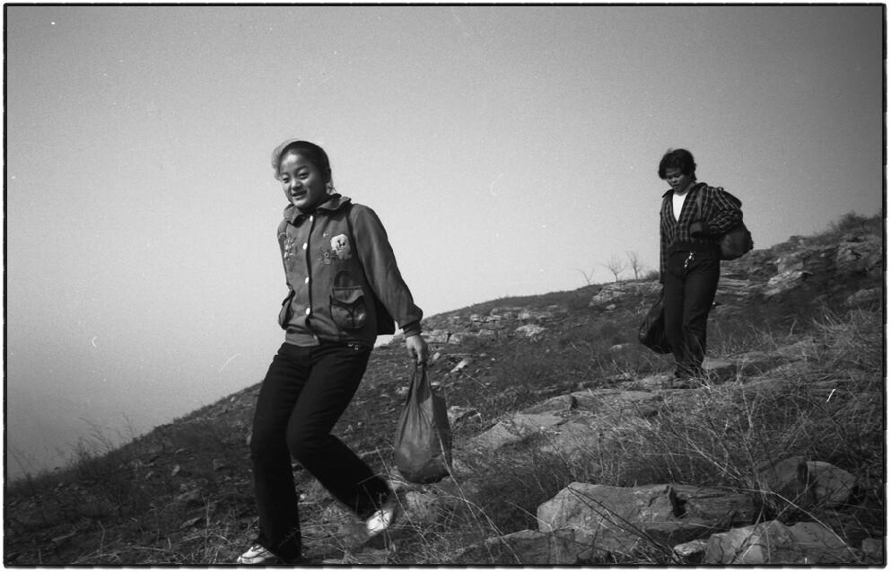 4、古城里的孩子大都要到县城里上学,出于经济上的考虑,他们基本上都不在学校吃饭、住宿,就这样,五里多的山路,每天要步行往返四次。(摄于2002年).jpg_(001)