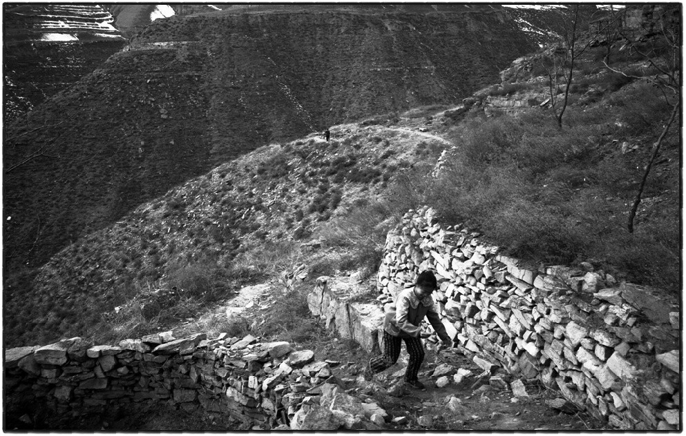 7、整个古城只有北门外有一条小路与后山相连,其余三面均是悬崖峭壁。(摄于2001年).jpg