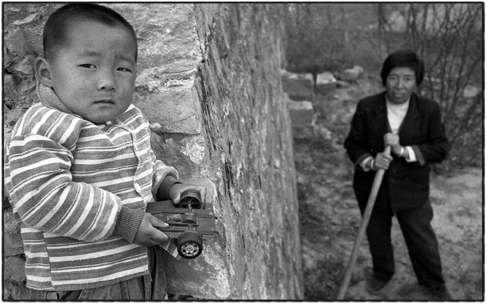 15、王清胜,7岁,是古城里最小的一个居民,同爷爷奶奶住在一起,父母靠打工种地为生(摄于2003年)