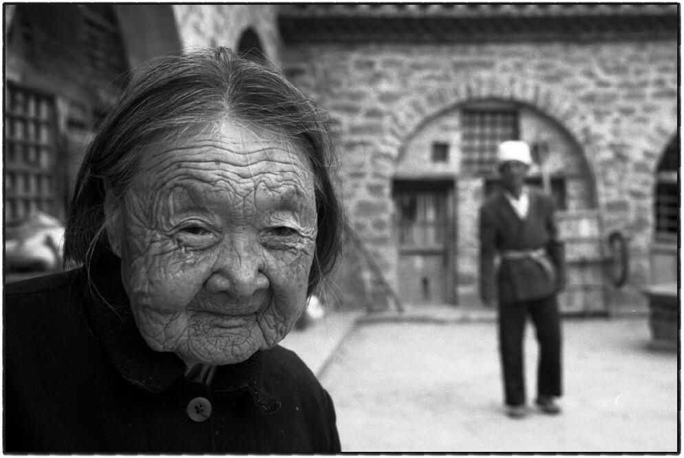 10、这个大娘已八十五岁了,叫什么名字连自己都不记得了,她说自己曾当过八路军,那是在40年至47年,当时属385旅,后来部队打散了,便回到家中务农,经过自由恋爱同比自己小两岁的王国栋老人结婚,老两口一辈子没有红过一次脸,现如今儿女都离开古城了,只有老两口生活在一起。(摄于2001年)