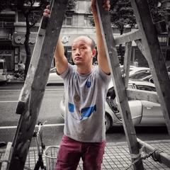 扒着梯子的男人