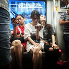 地铁上的女青年