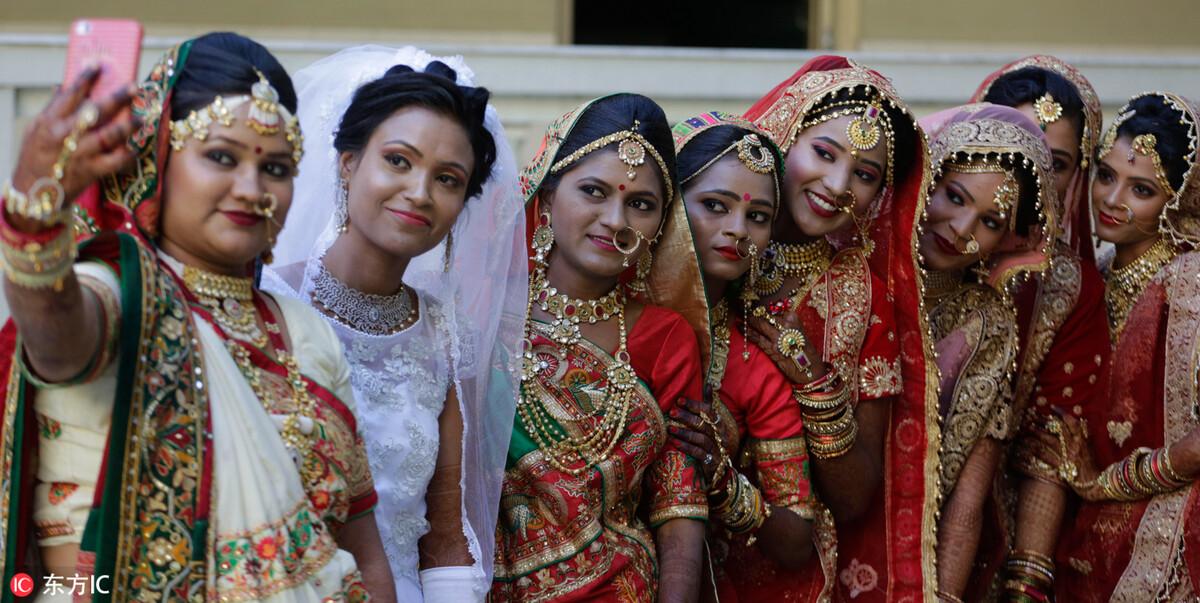 婚礼现场,新娘们合影留念。