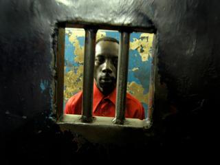 2004.内罗毕 - 中央警察局牢房内的囚犯。