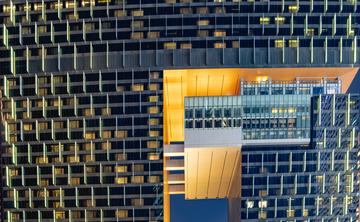 方格橙黄的建筑夜景