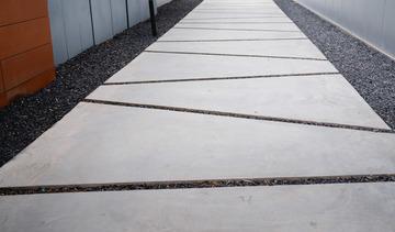 水泥路面的线条充满了三角形的装饰