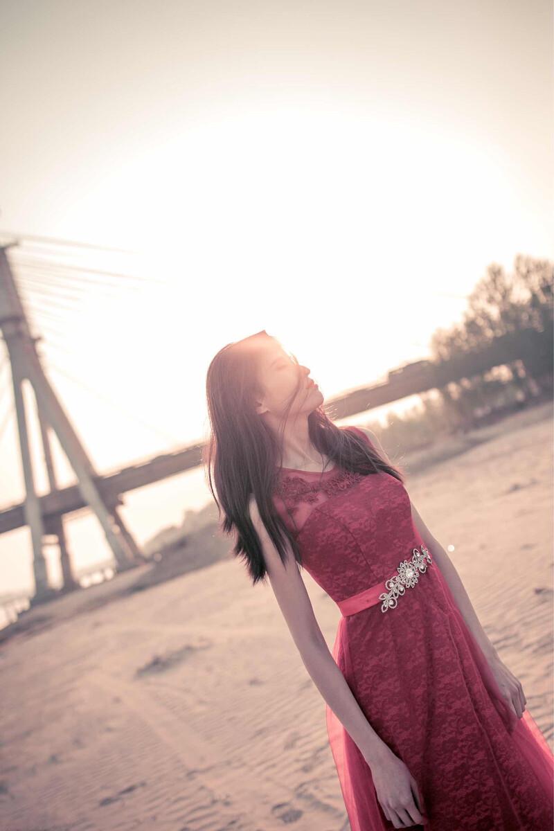 18luck体育登录-徐璐去海边不肯下水,看到她和张铭恩穿的鞋秒懂:还在生理期?