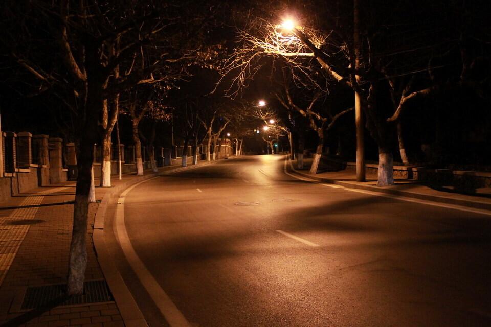 大学路从下往上<br /> 青岛的路是依山而建是遇山开山顺山而建,所以马路很少有直线的。