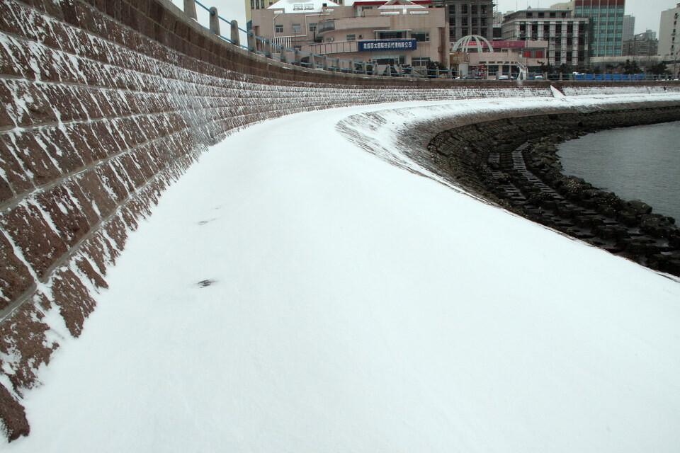 积雪覆盖了防波堤的石阶<br />