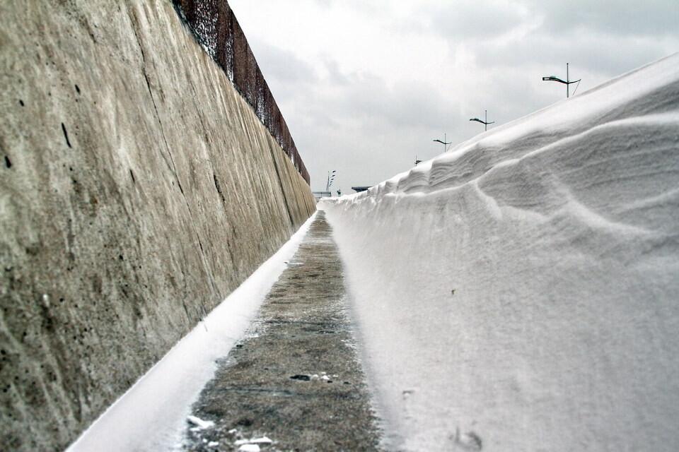 低角度看积雪<br /> 大自然真是鬼斧神工,北风将雪堆积到防波堤边,可是却留了那么一道三四十厘米宽的无雪带。
