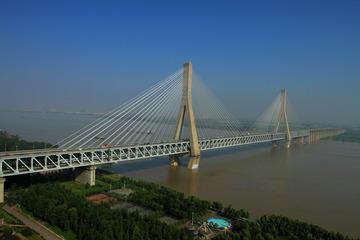蓝天下天兴洲长江大桥