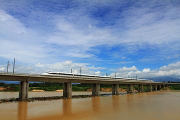 东环380A驶在陵水桥上